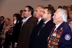 Ветераны и депутаты подпевают гимну